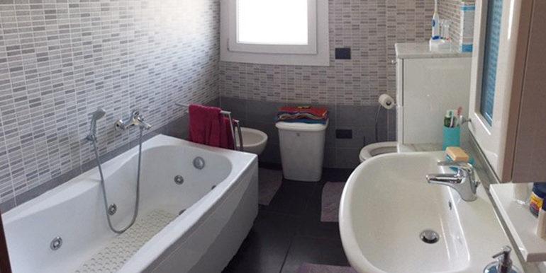 id_412_ampio_appartamento_castellanza_bagno_1