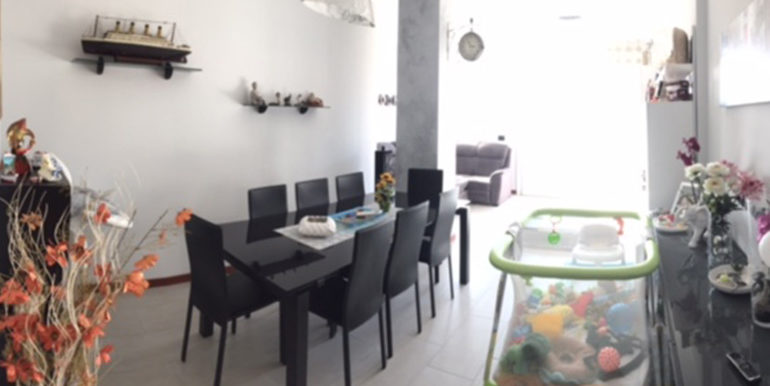 id_412_ampio_appartamento_castellanza_sala_pranzo